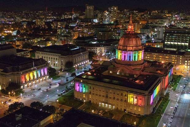 La marche des Fiertés de San Francisco Ville emblématique du pacifisme et la tolérance, San Francisco a marqué l'histoire des Etats-Unis des années 1960-1970 en initiant de nombreux mouvements de protestation contre la guerre ou encore de défense des droits civiques. C'est par exemple depuis San Francisco que le célèbre militant Harvey Milk a mené sa bataille politique en faveur des droits des homosexuels. Il n'est donc pas étonnant que San Francisco accueille aujourd'hui le festival LGBT…