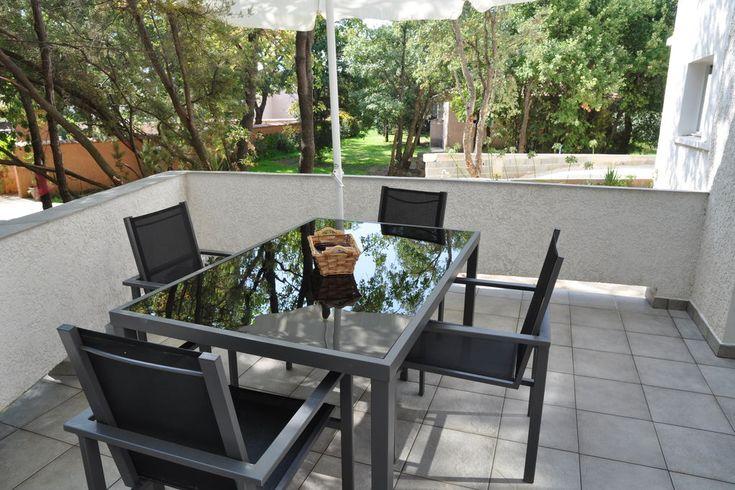Vakantiehuis in San-Nicolao (Territoriale collectiviteit Corsica) Modern appartement op fraai aangelegd park aan de Costa Verde, 300 meter van het strand van Moriani-Plage.  Dit moderne appartement op de eerste etage van een klein appartementenblok is zeer stijlvol i