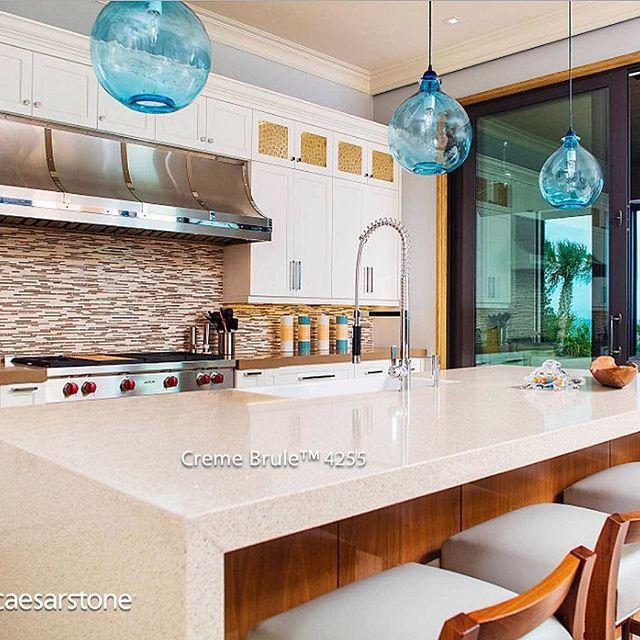 La brisa marina es lo que primero que pensamos al ver esta isla de cocina con cubierta Creme Brule™. Las lámparas en color azul acrecentan el relajado estilo de una cocina de playa. #caesarstone #caesarstonemx #cocinas #cocinasmodernas #baños #tendencias #tendencias2016 #ideas #ideasparalacasa #islasdecocina #cuarzo #cubiertasdecuarzo #encimeras #marmol #granito #ambientes #quartz #archdaily #arquitectura #arquitecturamx #remodelacion #construccion #interiorismo #casasboutique…