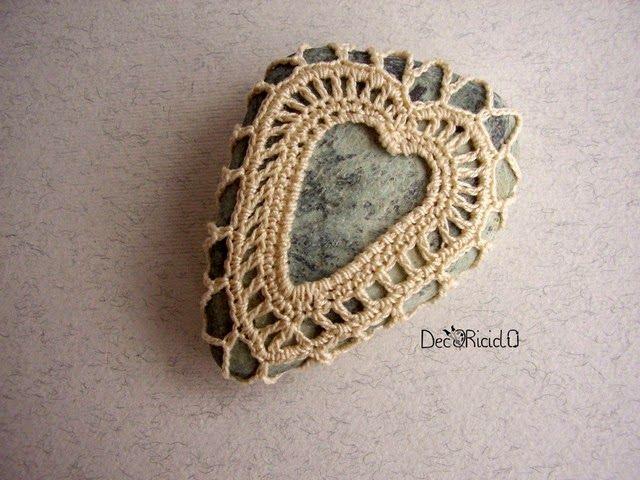 decoriciclo: Sasso triangolare con cuore a crochet