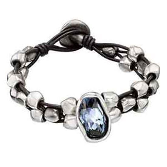 Bracciale 4 fili in pelle marrone con perline in metallo argentato e con al centro cristallo Swarovski®Elements azzurro. Realizzato artigianalmente in Spagna.