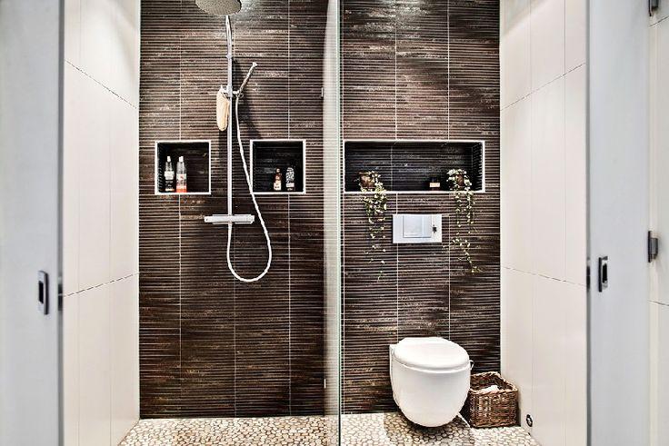 Mała toaleta z prysznicem - minimalistyczny projekt