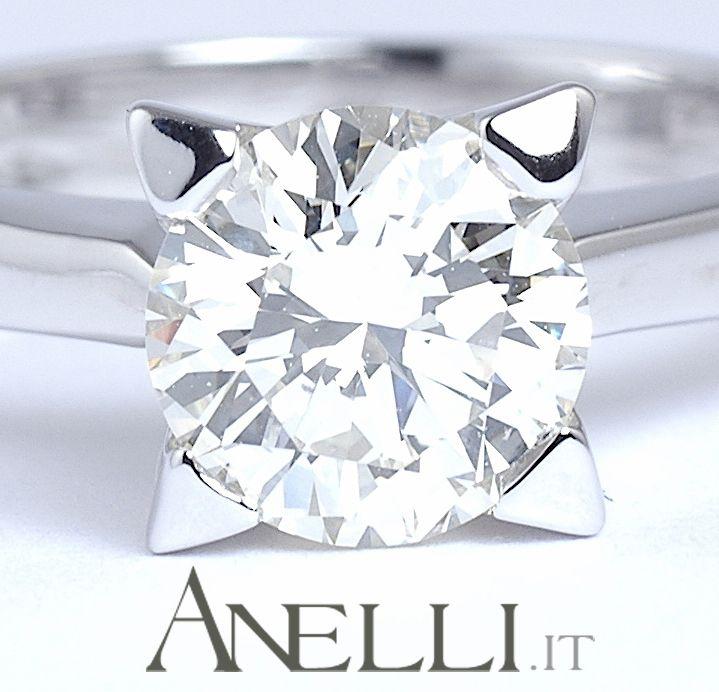 Uno splendido esempio di anello solitario in oro bianco con diamante naturale di 3 carati..