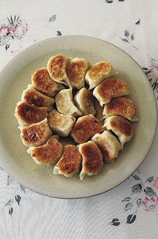 """北京生まれの人気料理研究家ウー・ウェンさんに、本当においしい餃子の作り方を教えてもらいました! ちまたではいろんなテクやバリエーションがたくさん出回っていて、それはそれで楽しいですが、ウー・ウェンさんによると「本場の餃子はとにかくシンプル」。そして、""""皮を味わ"""