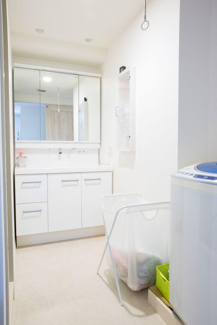 マンションリノベ。 壁も床も洗面化粧台もすべて白を基調とした空間に変更。 「最新の洗面化粧台は、こんなに便利な機能が付いていてビックリです」と奥様。 #洗面化粧台 #三面鏡 #マンションリフォーム #リノベーション #白い壁 #ランドリーバッグ #室内物干し #クッションフロアー #洗面脱衣室 #洗面台交換 #マンション購入 #中古マンション #ホワイトで統一 #施工事例 #ラビングホーム #不動産 #建築 #所沢で家を買う #東京都中野区 #西武線沿線 #沼袋 #ダウンライト #マンションを買ってリフォーム