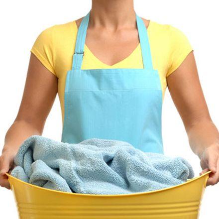 Como neutralizar o cheiro de suor das roupas. Na pré lavagem, com a peça ainda seca, aplique a mistura de bicarbonato + limão nas axilas das roupas. Esfregue, deixe agir por 15 min e depois lave a roupa com água e sabão. Fazer este procedimento em todas as roupas pessoais no mínimo 2 vezes. Passe a mistura antes de lavar / molhar a roupa. Ao lavá-las acrescente no molho ½ copo de vinagre de álcool branco, para neutralizar os maus odores. Fotografia: http://blog.clubedolar.com.br