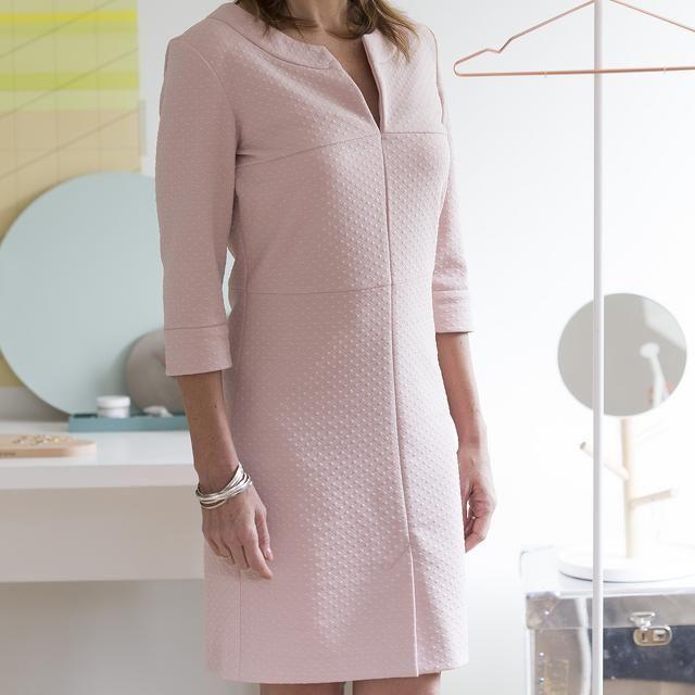 Le modèle de cette robe entravée flatte quasi toutes les silhouettes. Elle a un beau décolleté, des coutures décoratives sur le dessus et pour changer, la fente se trouve à l'avant.Taille : 34-54 Tuyau : Diverses sortes de tissu sont possibles pour ce modèle : crêpe, satin, voire coton. À moins que vous ne préfériez choisir un tricot robuste. Optez en tout cas pour un tissu suffisamment lourd car un tissu trop léger ne tombera pas bien.Consultez ces tutoriels vidéo pour réussir mème les…