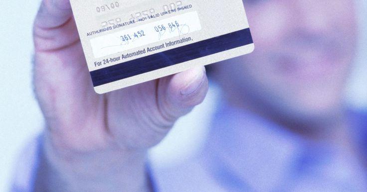 Cómo obtener tu número de PIN de una tarjeta de crédito visa. Conseguir un nuevo número de PIN de tu tarjeta de crédito Visa o, simplemente, restablecer tu PIN antiguo requerirá alguna diligencia y paciencia de tu parte. Las tarjetas de crédito suelen ser emitidas a tu nombre con un número PIN arbitrario, pero tienen la opción de ponerlo a cero una vez que llames para activar tu tarjeta. Sin embargo, si has ...