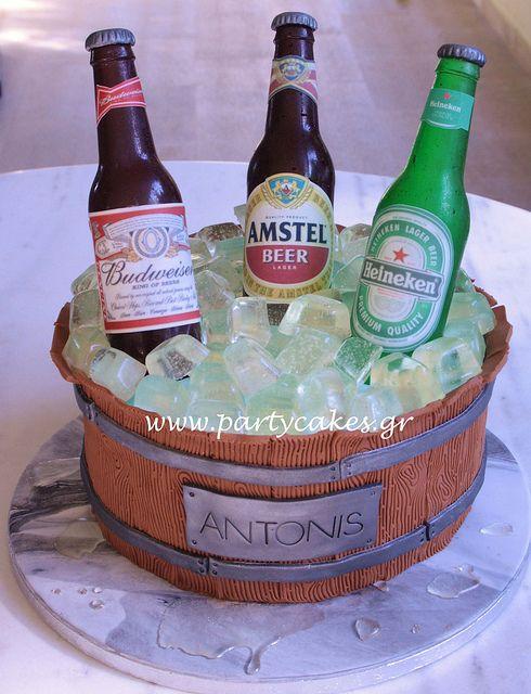 torta con bottiglie di birra nel ghiaccio