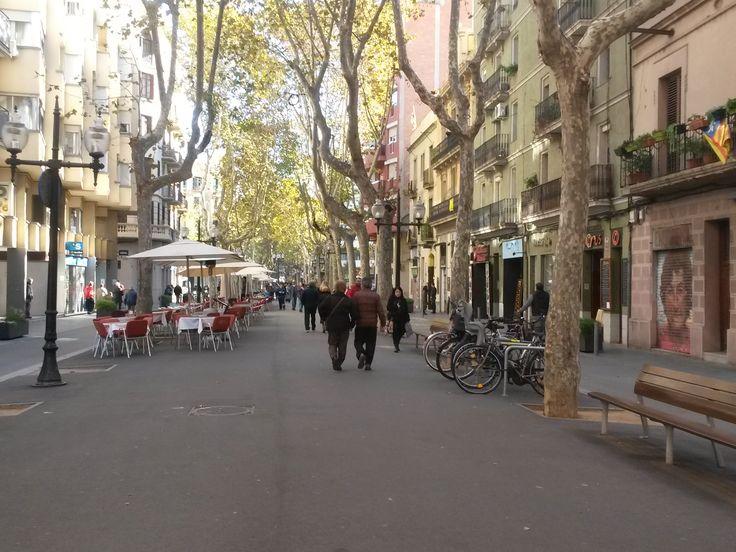 Vrijwel iedereen die ooit in Barcelona is geweest is over de welbekende Rambla in de wijk el Gòtic gelopen,maar Rambla de Poblenou is ook zeker de moeite waard. Rambla betekend oorspronkelijk vanuit het Arabisch rivierbedding of beek die het water van de bergen naar de zee bracht. Tegenwoordig betekend Rambla vooral promenade. Door de authentieke