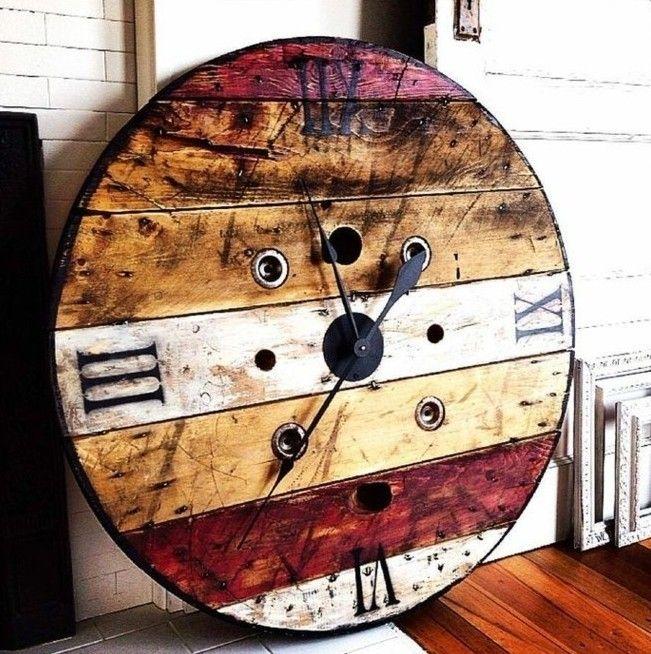 une horloge vintage avec des chiffres roumains, des planches de couleurs diverses à fabriquer à partir d un plateau touret bois