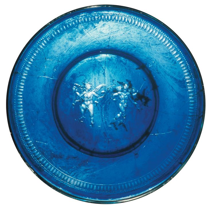 One of the most valuable archaeological finds discovered at Albenga is a great dish cobalt blue, found intact, made with a mold, but embellished with grinding, carving and then sanding the wheel, found in a tomb of the second century AD.