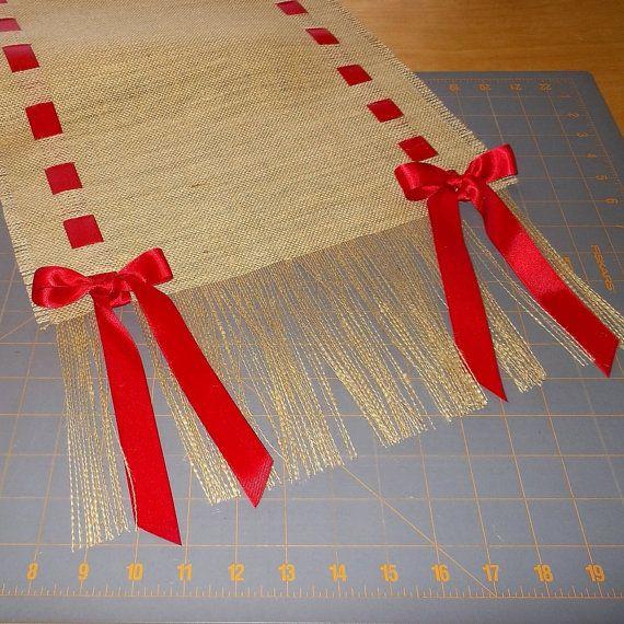 Corredor de flecos de arpillera con cinta de raso
