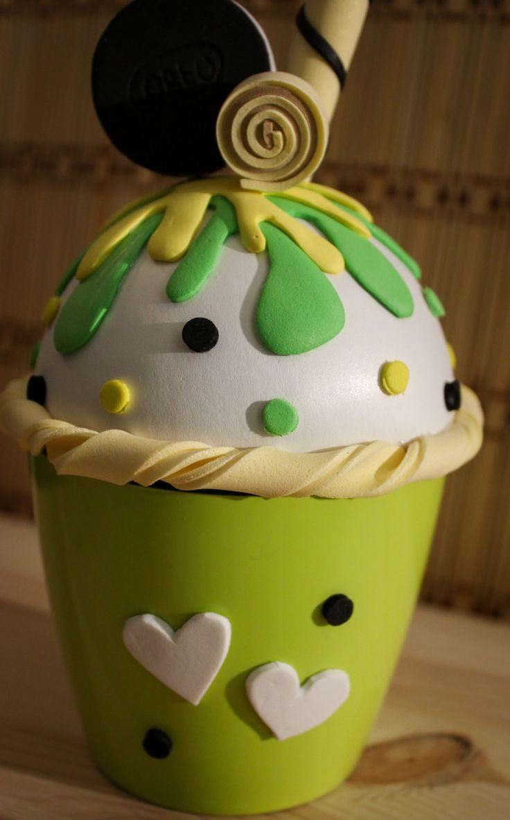 Hoy te presento un nuevo diseño decajita joyero con forma de cupcake helado. Lo he hecho totalmente a mano utilizando goma EVA. En este cupcake, la base es la nata, que está acompañada de una…