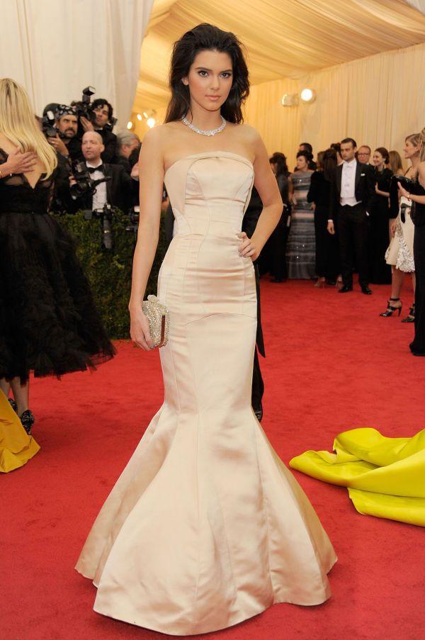 BUDSJETT: Kardahian-søster og modell Kendall Jenner viser her at det ikke bare er rådyre kjoler som duger på den røde løperen. Hun ser fantastisk ut i denne budsjettkjolen fra kleskjeden Topshop. Foto: Getty Images