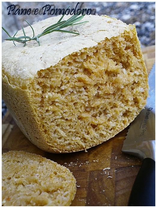 Pane alla zucca e rosmarino con la macchina del pane - fatto e buonissimo (niente latte, 180 ml di acqua)