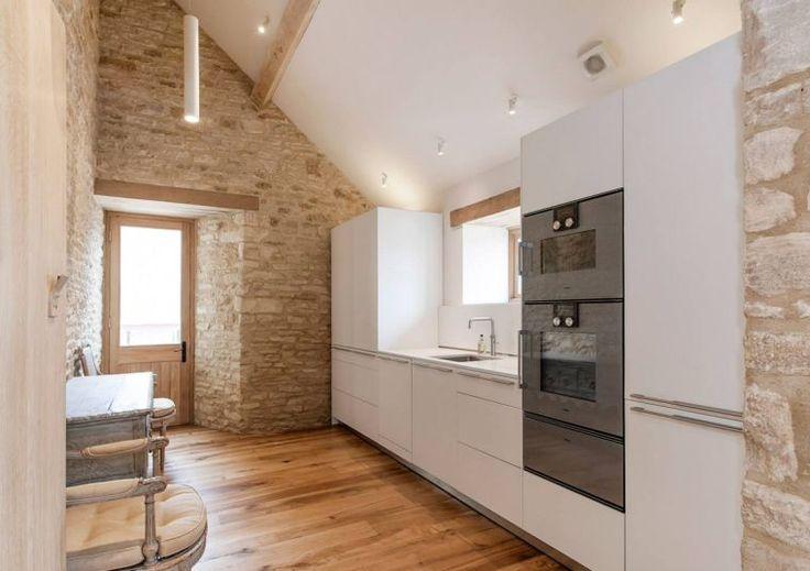 mur de pierre intérieur de cuisine blanche