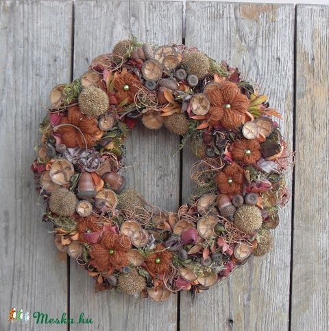 Ennek az ősz színeiben pompázó kopogtatónak az alapja szalma koszorú, amit maradék anyag csíkokkal dolgoztam le. A különböző árnyalatú narancs, zöld és rozsdabarna nehéz selyem, szatén és tüll csíkokat hővel blokkoltam, majd egyenként tűztem az alapra.  Az így elkészítette avarra emlékeztető alapot, natúr termésekkel, saját gyűjtésű makkokkal és platán termésekkel egészítettem ki. Itt-ott néhány narancsos mű levéllel, egy kis szárított mohával és natúr kóccal tűzdeltem. Végül különböző…