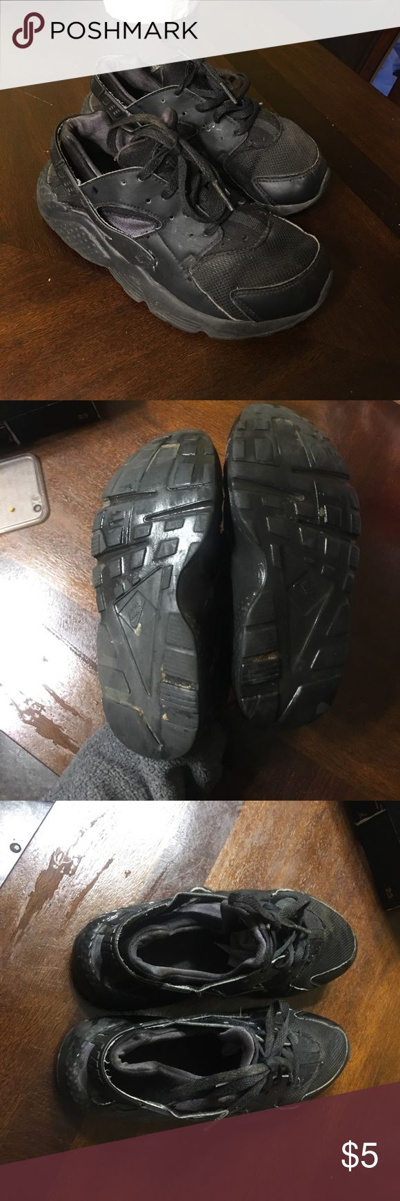 black huaraches size 1y Decent condition black huaraches size 1.5y cute for boy or girl ! They are in decent shape 5/10 have some creasing good for a play shoe or to just wear! Nike Shoes Sneakers