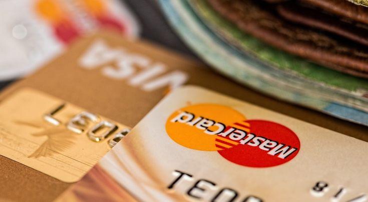Decydując się na kredyt świąteczny należy być bardzo ostrożnym. Zwróćmy szczególną uwagę nie tylko na oprocentowanie takiego kredytu, ale  i prowizje, marże, ubezpieczenie. Jeśli mamy jakieś wątpliwości niczego nie podpisujmy, jeśli już to zrobimy  mamy 14 dni na odstąpienie od umowy. Poza tym należy zastanowić się, czy ta gotówka jest nam rzeczywiście potrzebna, wydawajmy pieniądze tylko na potrzebne rzeczy. Bo udane święta nie zależą od tego ile na nie wydamy.