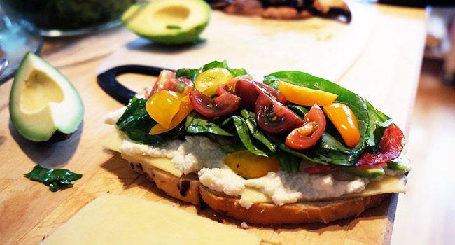Chi l'ha detto che per cucinare servono forno e fornelli? Ecco 10 ricette perfette per l'estate che non hanno bisogno del calore per essere preparate!