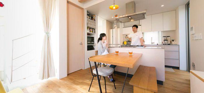 会話を楽しみながら料理を作る。共働きのご夫妻は平日はさゆりさんが作ることが多く、和食が中心。中華や洋食は洋人さんが主に担当。