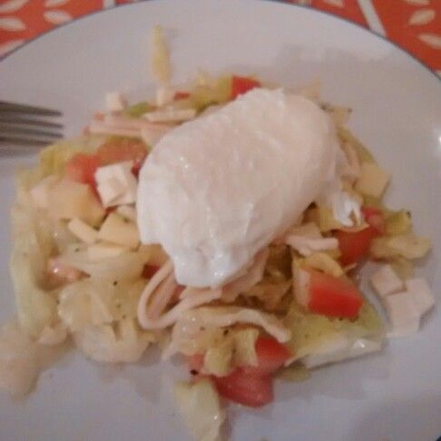 Ensalada fresca con huevo pochado