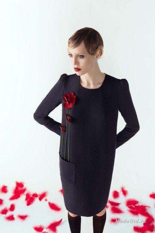 Российский дизайнер Alena Goretskaya представила лукбук осенней коллекции, выдержанный в ретро стилистике. При этом в коллекцию вошли все главные модные вещи сезона: кюлоты, платья с цветочным принтом, топы в бельевом стиле и лоферы на каблуке.
