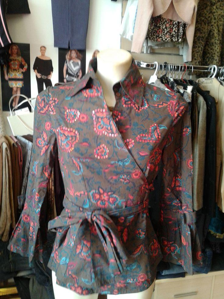 ALMATRICHI Camisa marrón estampada Con lentejuelas rojas brillantes Abrochada con lazo alrededor de la cintura 3 botones en el cuello Mangas afaroladas adornadas con un lazo Hecha a mano 100% algodón Talla 36