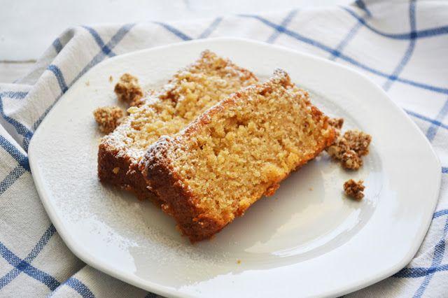 Ένα πολύ νόστιμο, αρωματικό κέικ, υγιεινό και νηστίσιμο (για όποιον ενδιαφέρεται), που έχει τη γεύση της μηλόπιτας που θυμάμαι από τα παιδικά μου χρόνια. Φτιάχνεται πάρα πολύ εύκολα, όπως όλα τα κέικ με ελαιόλαδο και για ένα κέικ σε μακρόστενη φόρμα τα υλικά είναι ¾ κούπας ζάχαρη ½ κούπα ελαιόλαδο...