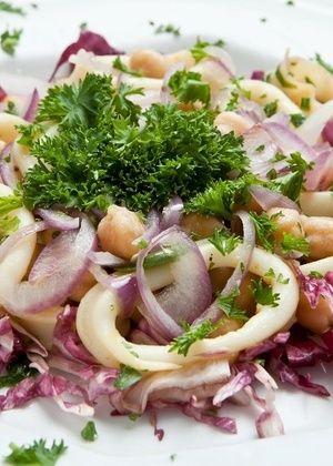 Aprenda e faça esse receita deliciosa para o verão: salada de grão de bico com lula.