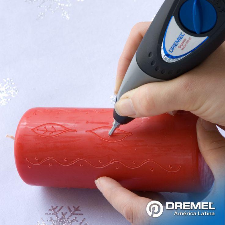 Paso 2: Usando el Dremel Engraver, empezar a grabar el diseño sobre la cera de la vela, removiendo el excedente de cera que se produce. Probar con las diferentes velocidades del Engraver para encontrar la mas indicada para el tipo de vela que se esté usando.