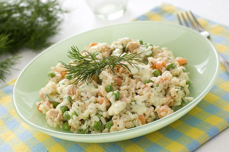 L'insalata di riso con salmone e verdurine è un'alternativa al classico primo piatto per la stagione più calda. È perfetta anche per un pic nic sfizioso.