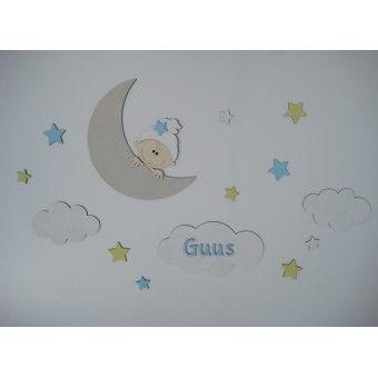 Babykamer decoratie:vrolijke houten muursticker. Maan met kindje, wolken, sterren en naamletters.In diverse kleuren verkrijgbaar.