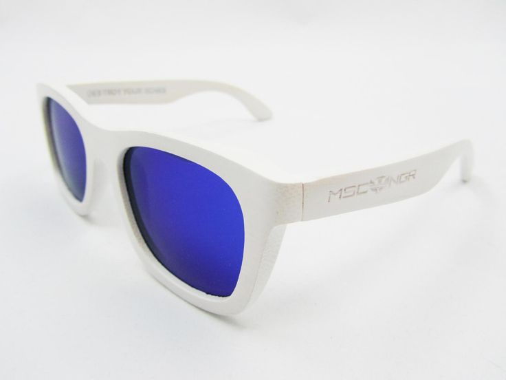 """Gafas de sol de bambú 100%, modelo WHITE BAMBÚ and BLUE. Se ha tintado en color blanco la montura de bambú y con las lentes polarizadas en azul. Son de la colección de gafas de sol de madera y bambú """"Destroy Your Bones"""". #gafasmadera #gafasdemadera #óculosdemadeira #oculosmadeira #gafasmoscanegra #vintage #verano #eyewear www.moscanegrasunglasses.com"""
