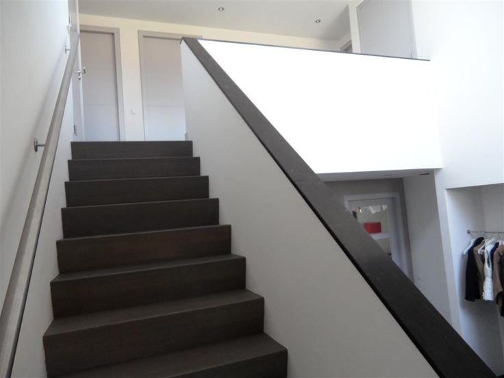 Leuke Z Trap. Donkere trap met witte muren. Ook de open kant is leuk.