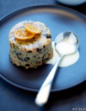Recette Christmas puddings, crème anglaise aux épices : Portez 50 cl de lait entier à ébullition avec 1 gousse de vanille fendue en 2 et grattée, 1 anis é...