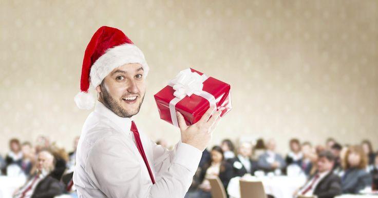Ideas de temas para la fiesta de Navidad de la oficina. Las fiestas de oficina tienden a ser sofocantes y un poco aburridas pero no tienen que ser así. Haz tu próxima fiesta de Navidad de oficina un éxito al incorporar un tema creativo que sacará a todos fuera de su caparazón y les animará a relajarse y participar en las festividades. Las fiestas temáticas dan mucha libertad creativa con decoraciones, ...