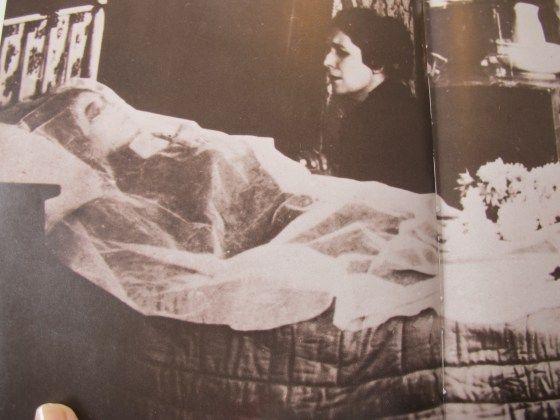 La vida de Elisabeth quedó hecha trizas en 1889  por la muerte de su único hijo, y por tanto, del único heredero al trono, el príncipe Rodolfo, de 30 años, y su joven amante, la Baronesa María Vetsera fueron hallados muertos, aparentemente por suicidio. El escándalo se conoce con el nombre deMayerling, por el nombre del refugio de caza del príncipe donde tuvo lugar la tragedia.