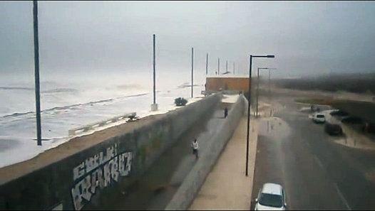 Vague geante atteint en plein une personne distraite en Costa Da Caparica - Portugal. http://www.dailymotion.com/video/k1X8joV2XGJdCMm6nGB