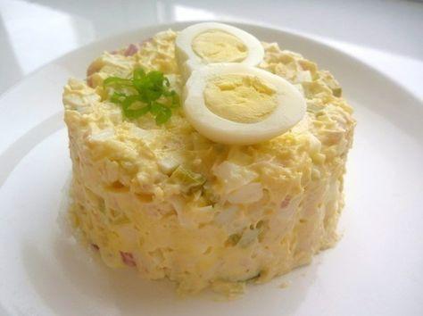 Салат из курицы с соленым огурцом  Ингредиенты: - 1 отварная куриная грудка - половинка красного лука - 100 гр. твердого сыра - 3 отварных яйца - 2 соленых огурца - майонез  Приготовление: 1. Нарезать все ингредиенты, добавить майонез, смешать. 2. Салат готов. Приятного аппетита!