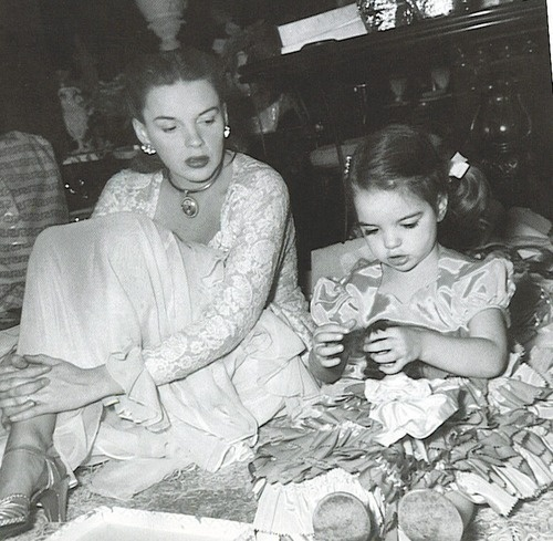 Judy Garland with her little daughter Liza Minnelli so precious :)