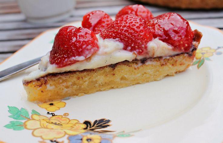 Opskrift på en skøn jordbærtærte med vaniljecreme og mazarin - en rigtig dansk sommerklassiker!