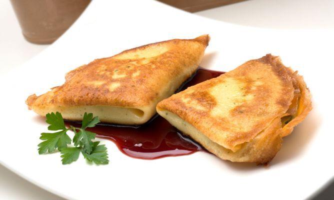 Crepes rellenos de puerro, calabacín y queso de cabra  Ingredientes (4 personas):      2 puerros     1/2 calabacín     100 gr. de queso de cabra     250 ml. de vino de Oporto     harina de maíz refinada     agua     aceite de oliva virgen extra     sal     perejil     Para la masa de los crepes:     3 huevos     150 gr. de harina     1/4 l. de leche     2 cucharadas de aceite de oliva virgen extra     sal     perejil picado     1 nuez de mantequilla