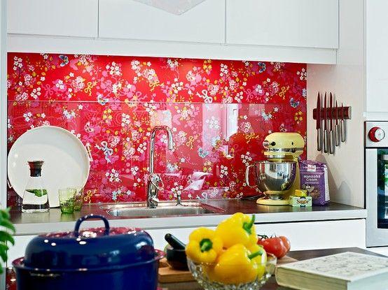 Küchenrückwand/Fliesenspiegel... Mit Tapete von Studio Pip (denke ich mal) und Glas/Plexi Spritzdschutz... Nice! (Studio Pip hat da doch so ne geile gelbe Tapete. *g)