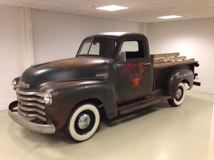 Ein Chevrolet Pick-up mit einer großartigen Patina. Ganz im originalen und kompletten Zustand.  Dieser coole Patina Truck wurde teilweise überarbeitet. Dabei wurde Folgendes gemacht: Der Kabinenboden und die Kickpanels wurden ersetzt. Teile der Zündung wurden ersetzt. Die Sitzbank wurde neu bezogen. Die Bremsen (Bremsschläuche, Bremszylinder, Bremsbacken etc.) wurden ersetzt. Neue Firestone Deluxe breite Weißwandreifen wurden montiert. Der Chevy startet, läuft, bremst und fährt.   Der Motor…
