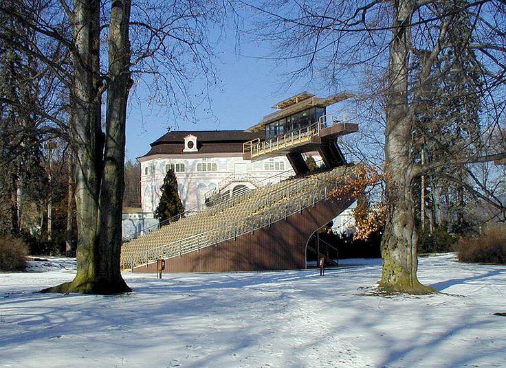 Ot訟iv� hledi쉞� v zahrad� z�mku �esk� Krumlov, �nor 2001, foto: Ji曝 Ol쉆n