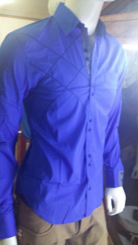 Camisa importada diseño italiano. Corte slim fit.  En nuestro local de Manuel Montt 021, Providencia Despachos al Fono 222330810