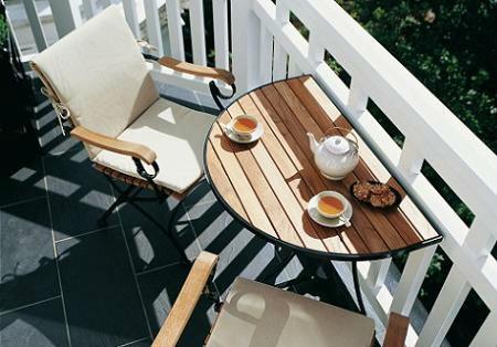 Balcón con sillas y mesa