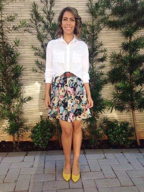 Vestido floral (como saia) + camisa branca + scarpin amarelo